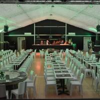 Intérieur de la structure : salle de repas