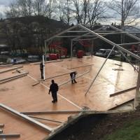 Montage en cours de la structure : plancher bois et armature