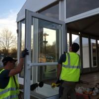 Installation de la double porte en verre